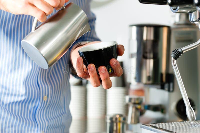 Barista bereitet Espresso zu lizenzfreie stockbilder
