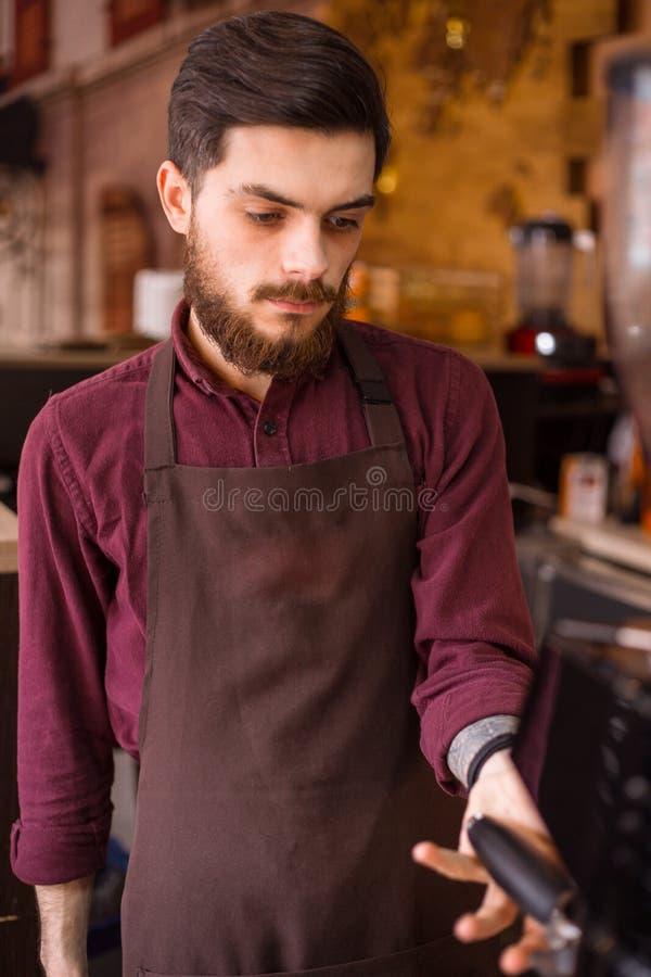 Barista bereitet frischen Kaffee zu stockfoto