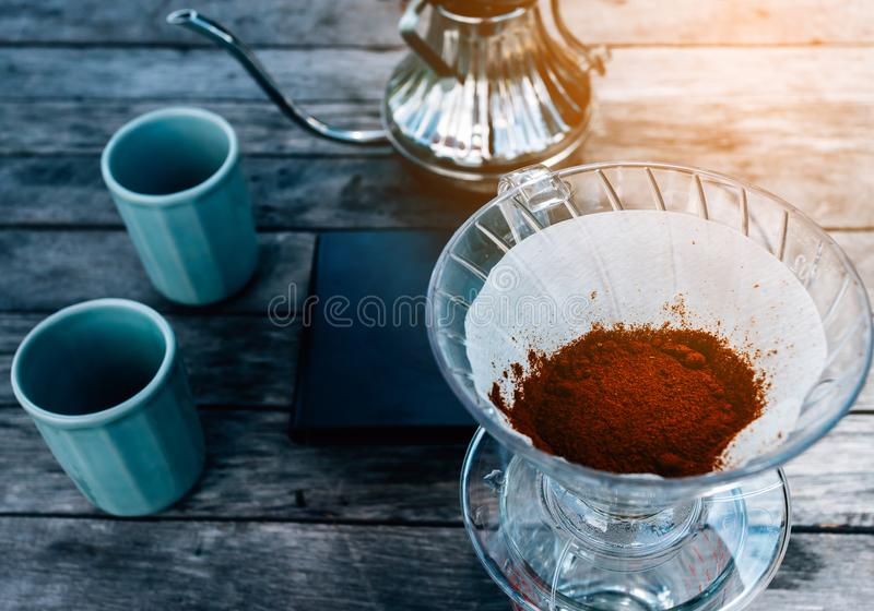 Barista Braukaffee, Methode rüber gießen, Tropfkaffee stockfotografie