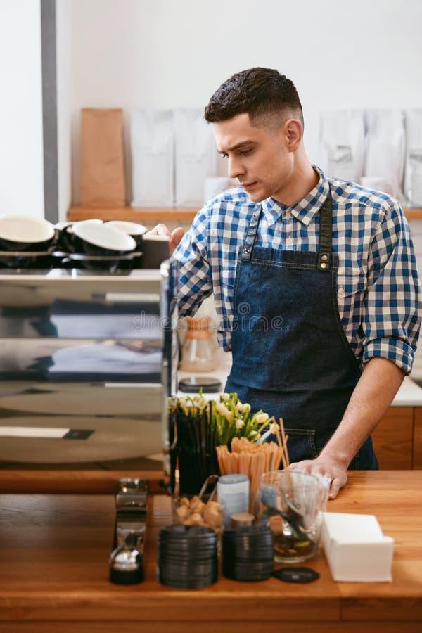Barista At Cafe Man som fungerar i coffee shop royaltyfri bild