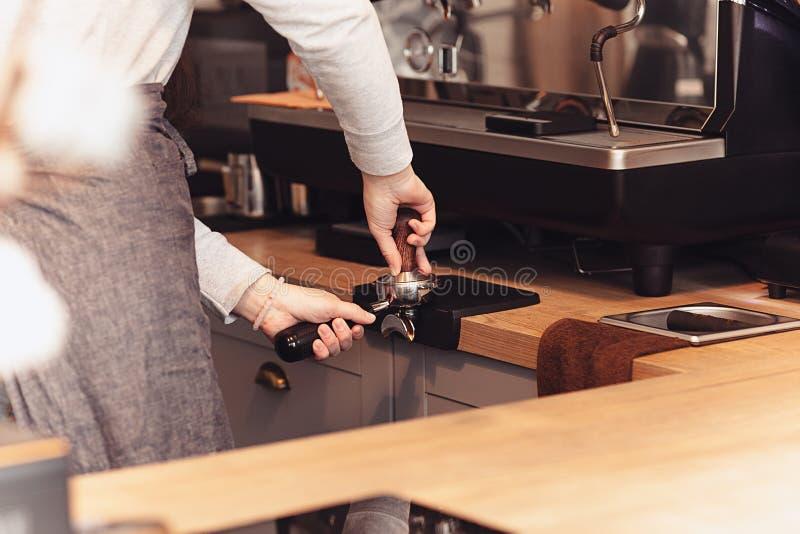Barista, caffè, facente concetto del caffè, della preparazione e di servizio fotografia stock libera da diritti