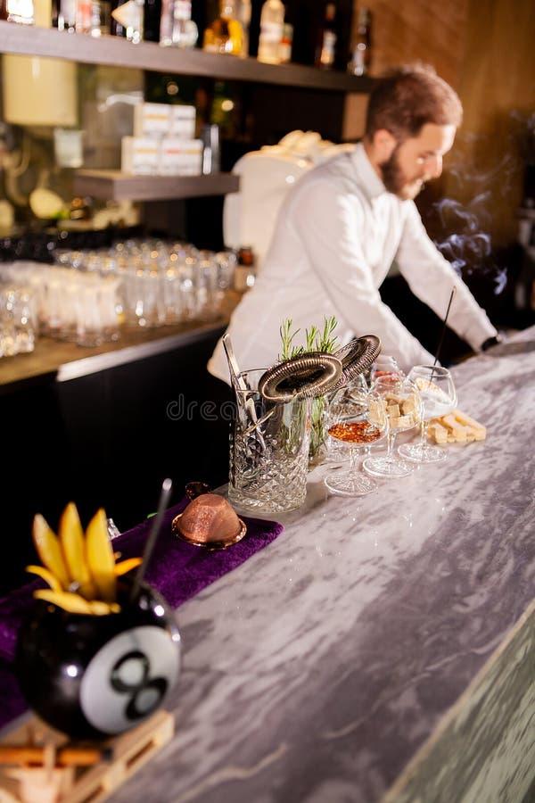 Barista che aggiunge gli ingredienti del cocktail immagini stock libere da diritti