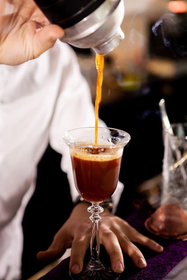 Barista che fa alcool coffe bere fotografie stock