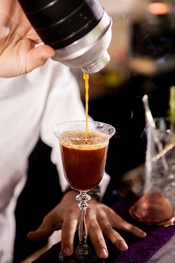 Barista che fa alcool coffe bere fotografia stock libera da diritti
