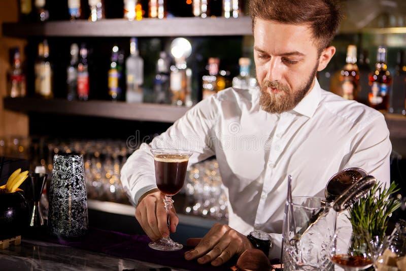 Barista che fa alcool coffe bere fotografia stock