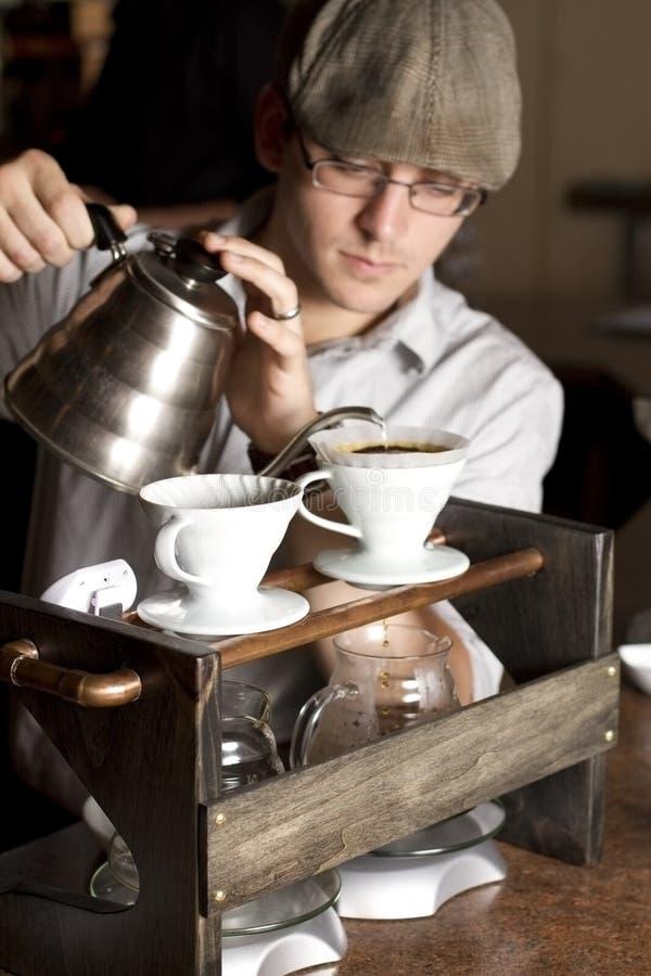 Barista che fermenta una tazza piena fotografia stock libera da diritti