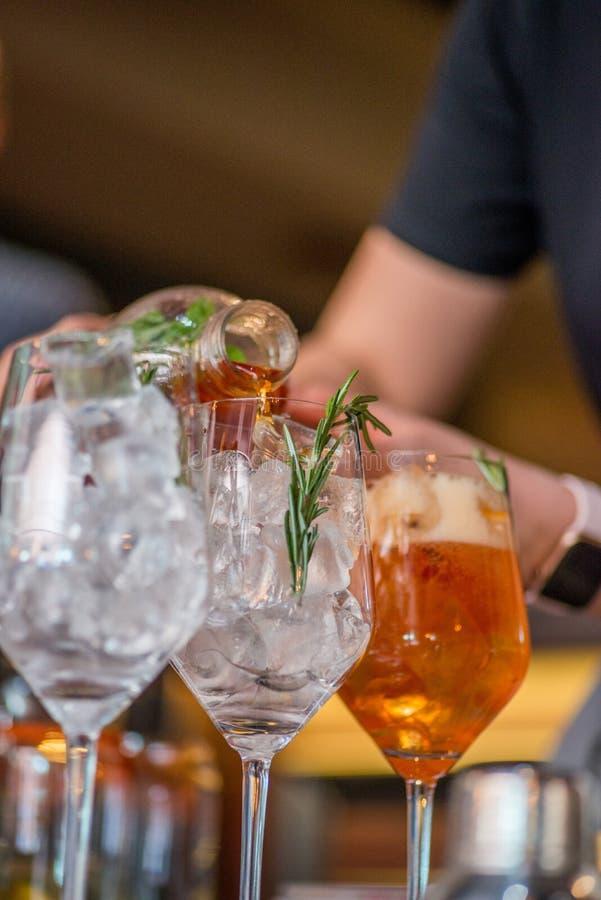 Barista che prepara cocktail immagine stock
