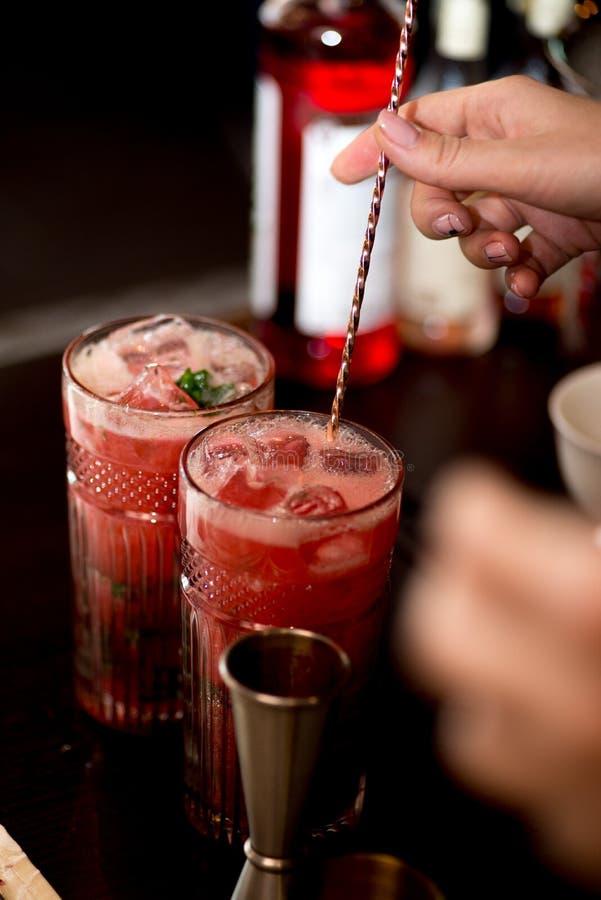 Barista che prepara cocktail immagini stock libere da diritti