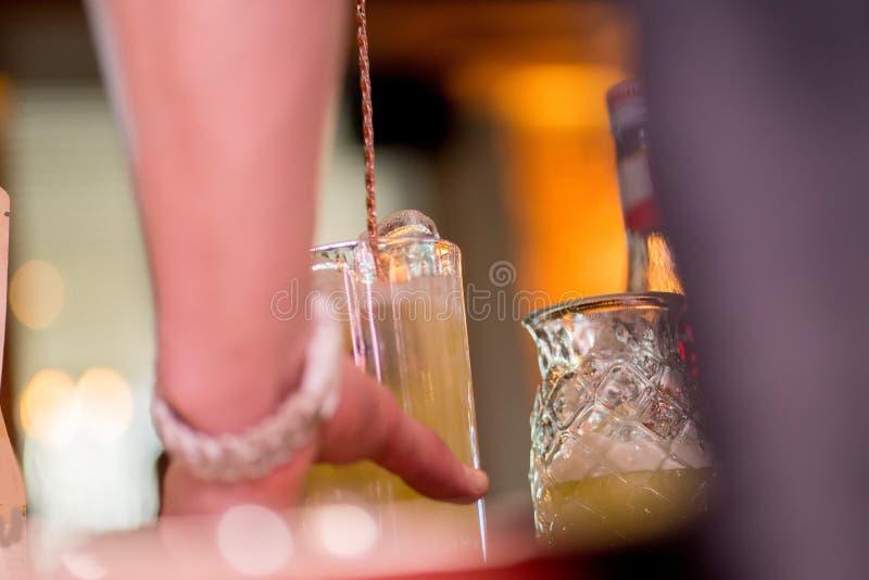 Barista che prepara cocktail fotografia stock libera da diritti