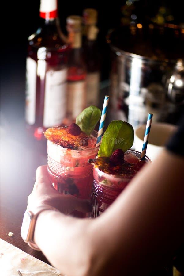 Barista che prepara cocktail immagine stock libera da diritti