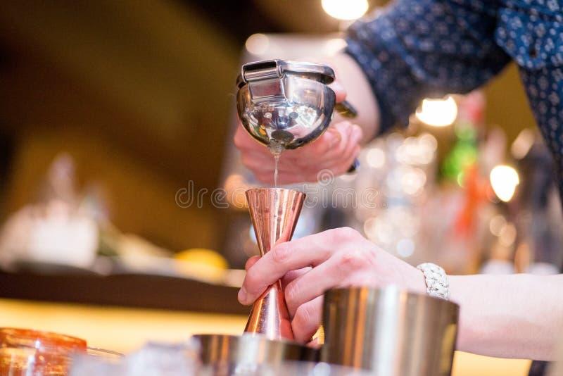 Barista che prepara cocktail fotografie stock