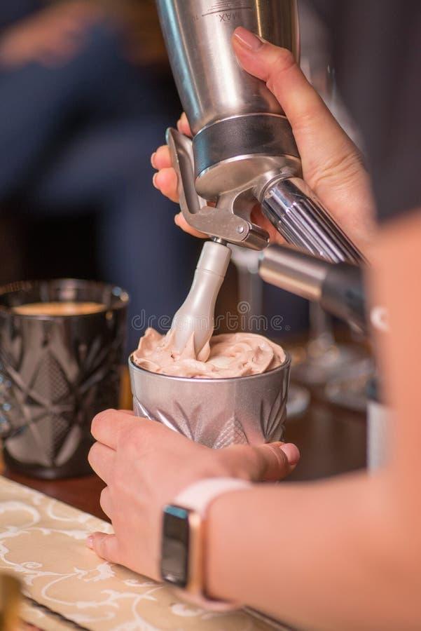 Barista che prepara cocktail fotografie stock libere da diritti