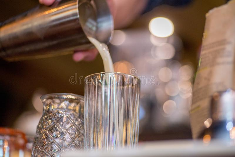 Barista che prepara cocktail immagini stock