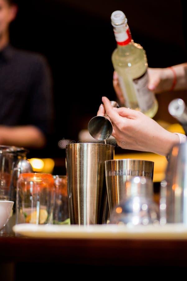Barista che prepara cocktail fotografia stock