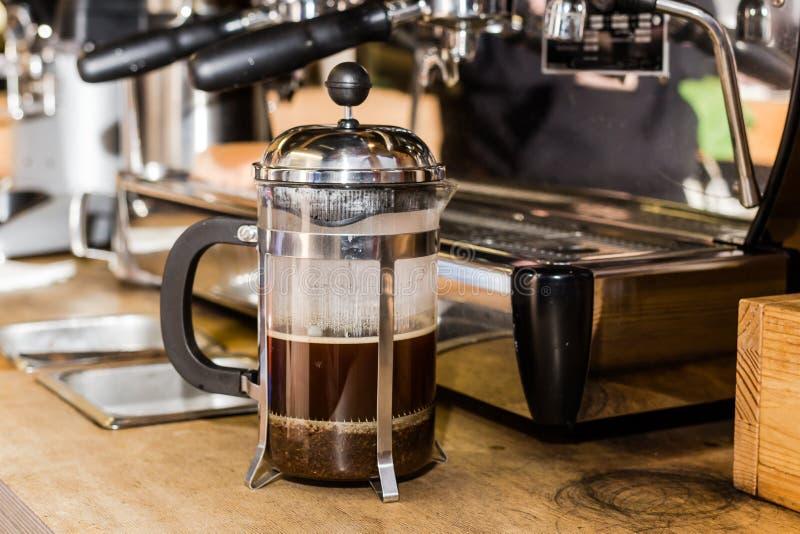 Barista che produce caffè non tradizionale in stampa francese immagine stock