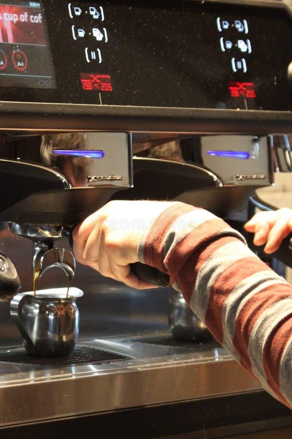 Barista che produce caffè o caffè espresso di alta qualità fotografie stock libere da diritti
