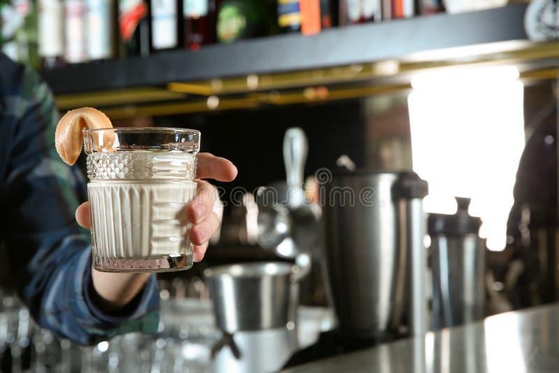 Barista che tiene cocktail russo bianco alcolico fresco in pub, primo piano immagine stock libera da diritti