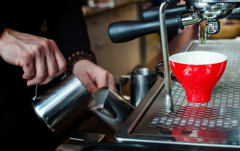 Barista Coffee Brewing imagen de archivo libre de regalías
