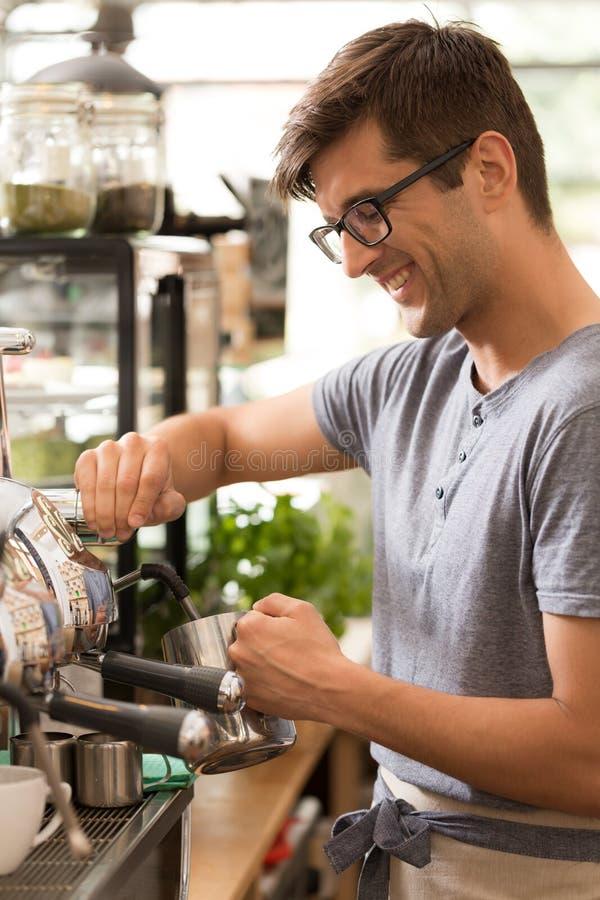 Barista in comfortabel koffiehuis royalty-vrije stock afbeeldingen