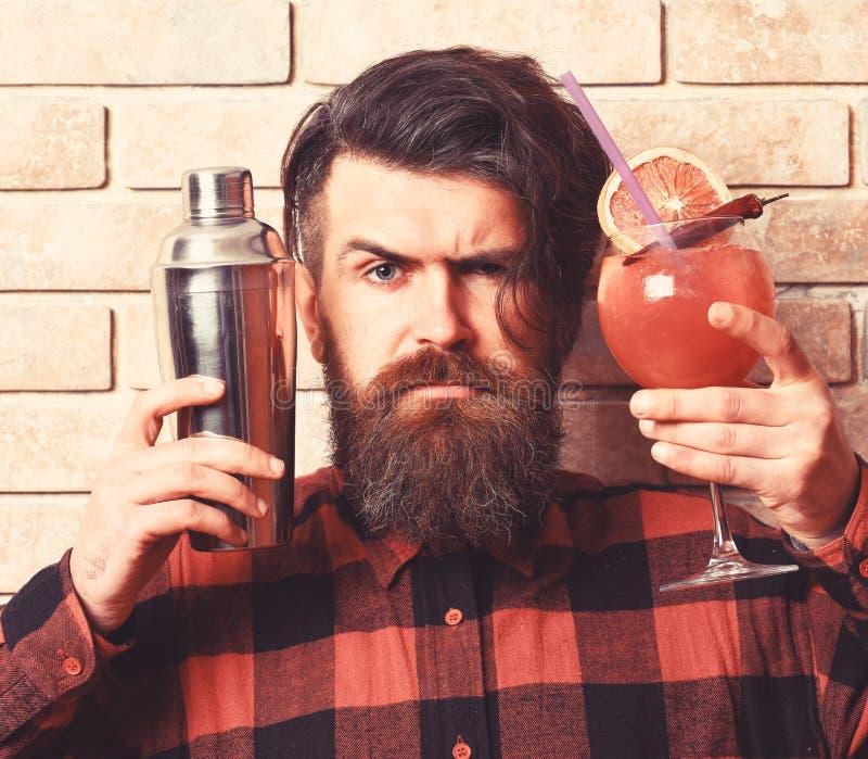 Barista con la barba, i capelli alla moda ed il fronte rigoroso immagine stock libera da diritti