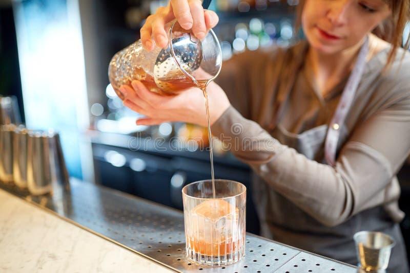 Barista con vetro e la brocca che preparano cocktail fotografie stock libere da diritti