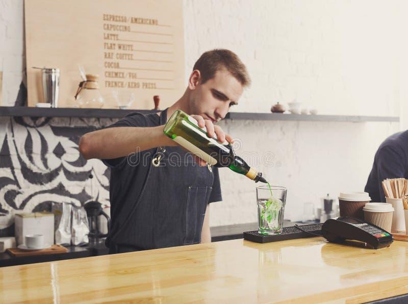 Barista concentrato che fa il cocktail del caffè immagine stock