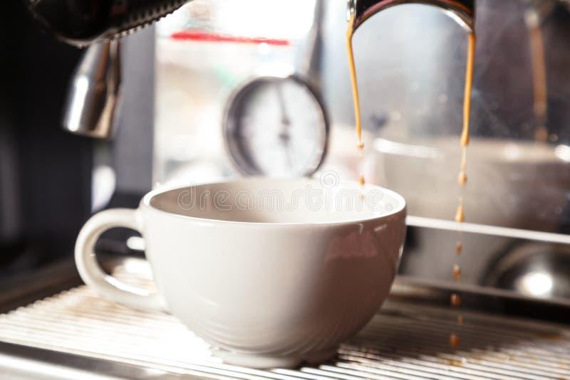 Barista, das Cappuccino mit Kaffeemaschine zubereitet Kaffeevorbereitungskonzept lizenzfreie stockbilder