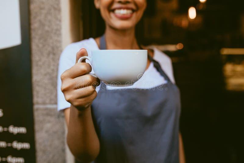 Barista, das einen Kaffee anbietet lizenzfreies stockfoto