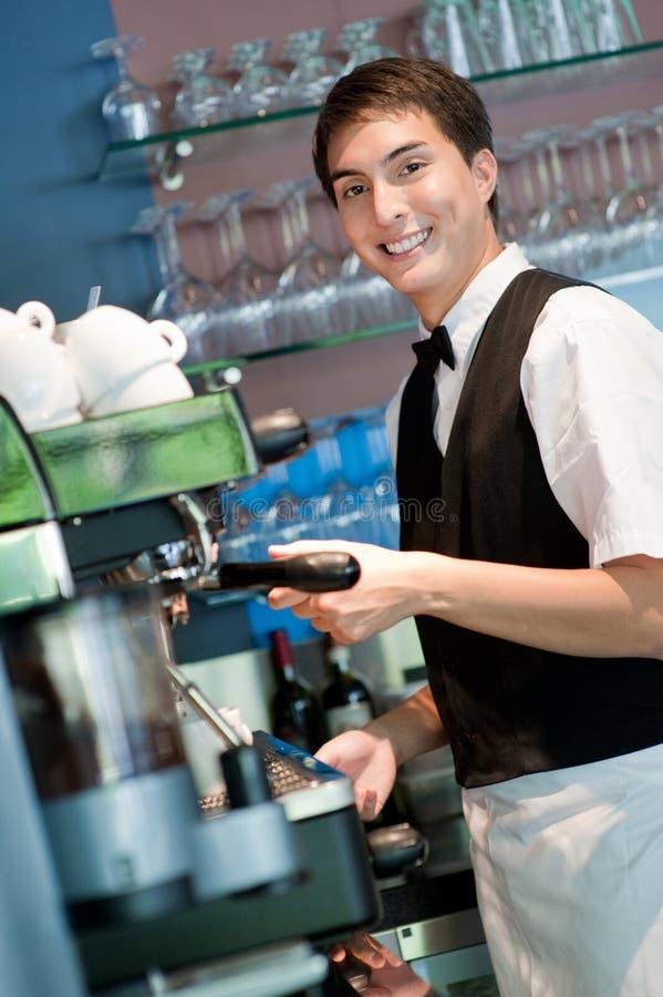Barista, das Kaffee bildet lizenzfreies stockbild