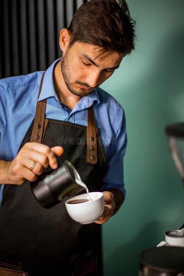 Barista, das Kaffee in der Kaffeestube zubereitet stockbilder
