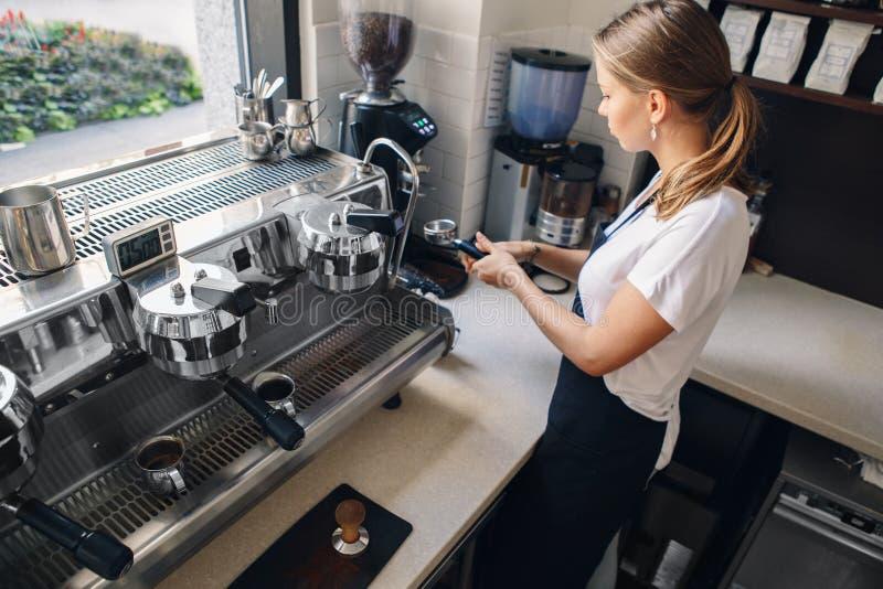 Barista de la mujer que hace el café en tienda imagenes de archivo
