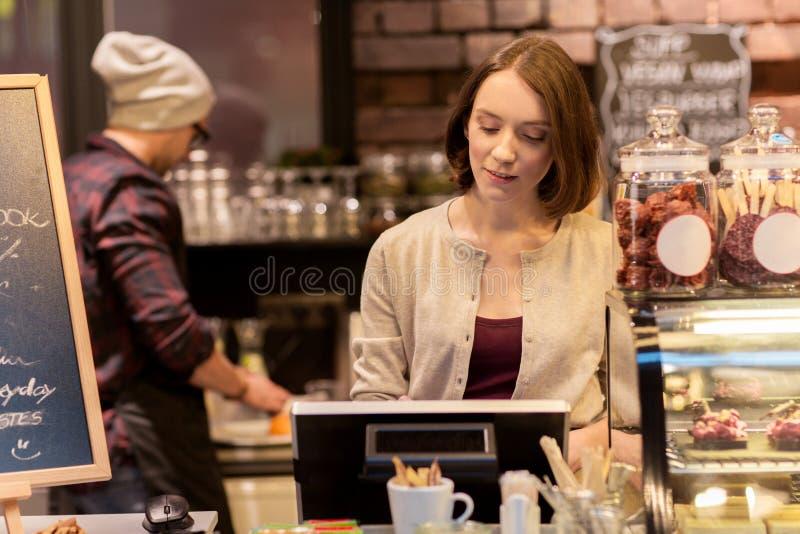Barista della donna alla cassa della caffetteria o del caffè immagine stock