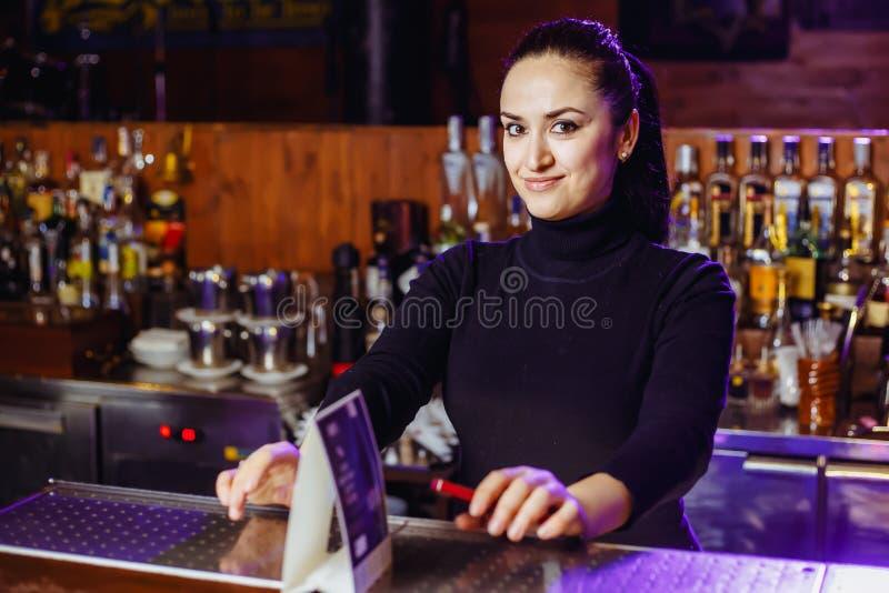 Barista della ragazza alla barra immagini stock