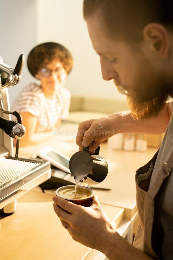 Barista die cappuccino maken royalty-vrije stock foto's