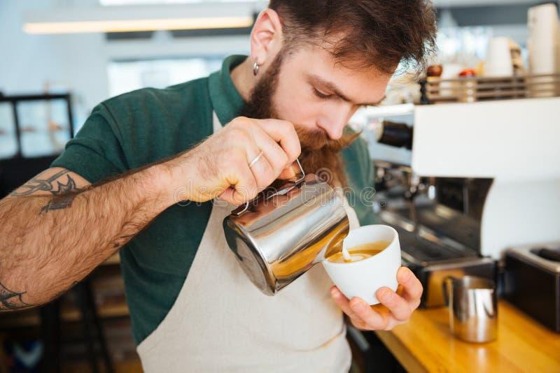 Barista die cappuccino maken royalty-vrije stock afbeeldingen