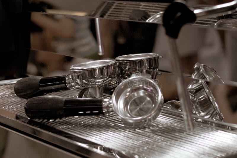 Barista die in een koffiewinkel werken, sluit omhoog van de grondkoffie van baristapersen gebruikend stamper, het Concept van Bar royalty-vrije stock afbeelding