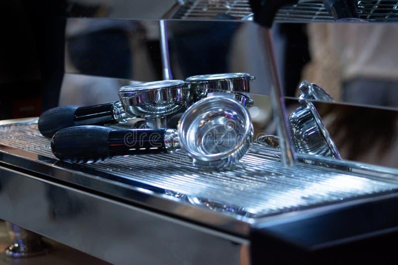 Barista die in een koffiewinkel werken, sluit omhoog van de grondkoffie van baristapersen gebruikend stamper, het Concept van Bar royalty-vrije stock foto's