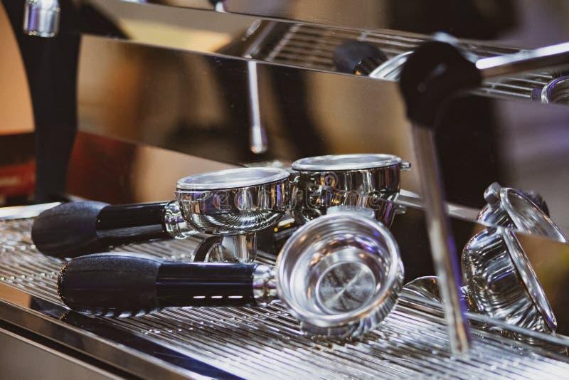 Barista die in een koffiewinkel werken, sluit omhoog van de grondkoffie van baristapersen gebruikend stamper, het Concept van Bar stock foto's