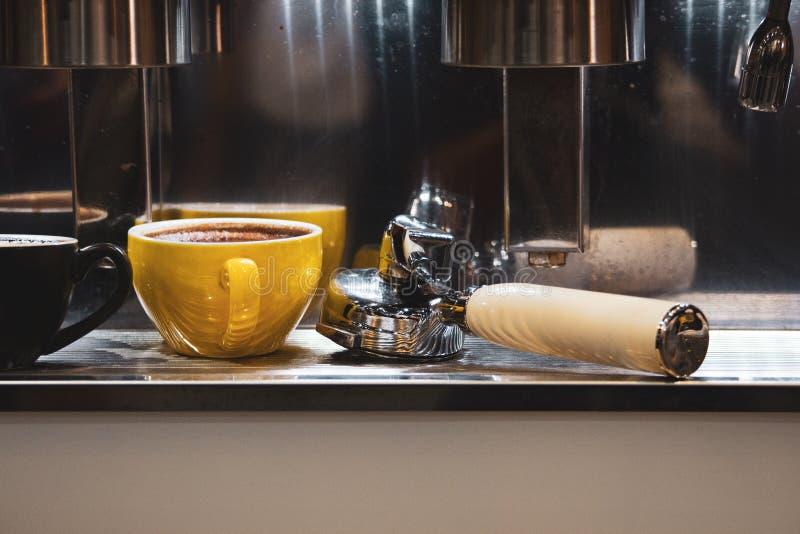 Barista die in een koffiewinkel werken, sluit omhoog van de grondkoffie van baristapersen gebruikend stamper, het Concept van Bar royalty-vrije stock fotografie
