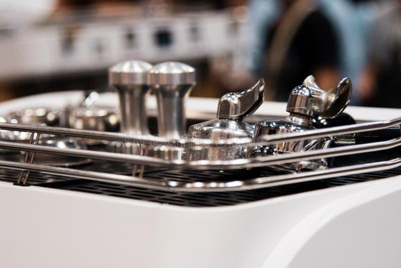 Barista die in een koffiewinkel werken, sluit omhoog van de grondkoffie van baristapersen gebruikend stamper, het Concept van Bar royalty-vrije stock foto