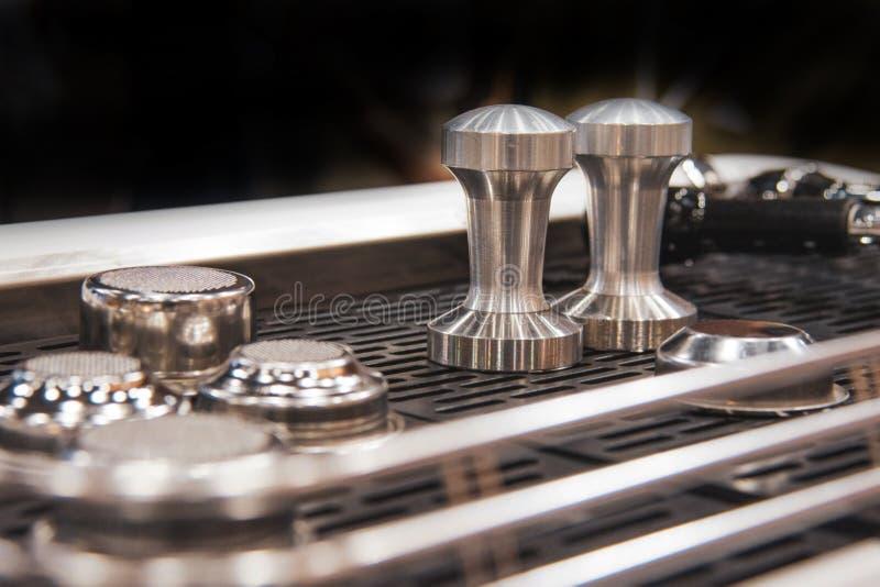 Barista die in een koffiewinkel werken, sluit omhoog van de grondkoffie van baristapersen gebruikend stamper, het Concept van Bar royalty-vrije stock afbeeldingen