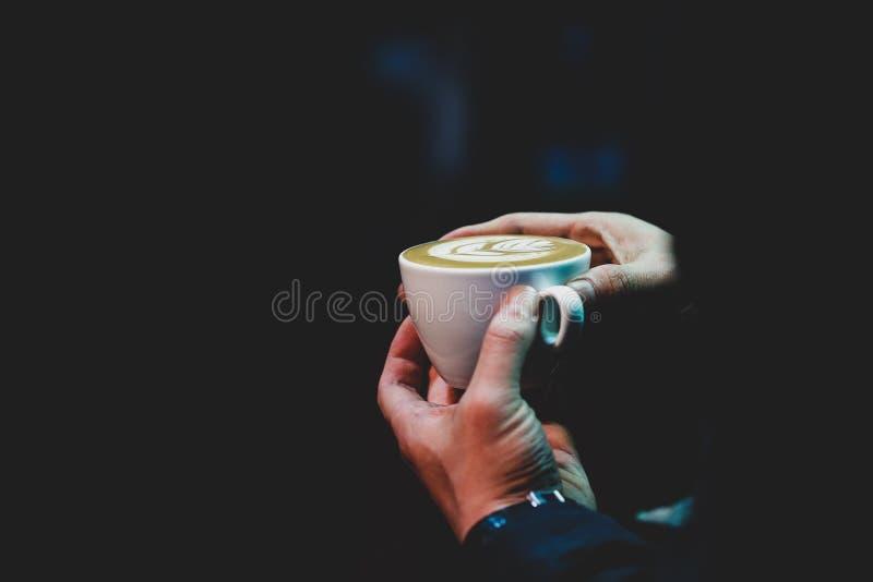 Barista die in een koffiewinkel werken, sluit omhoog van de grondkoffie van baristapersen gebruikend stamper, het Concept van Bar stock afbeeldingen