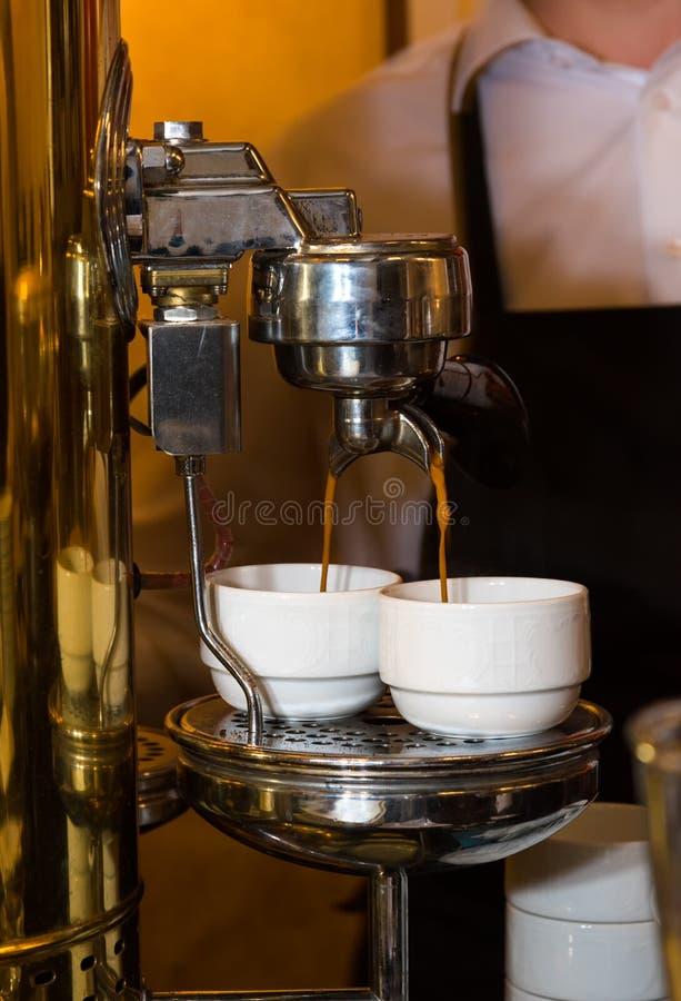 Barista die koffie met koffiemachine maken in bars, koffie makend proces royalty-vrije stock foto's