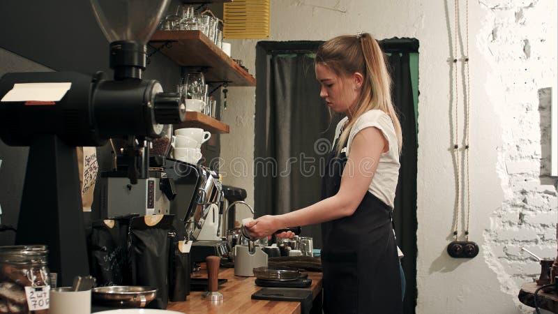 Barista die koffie met proffessional het brouwen koffiebar maken royalty-vrije stock foto