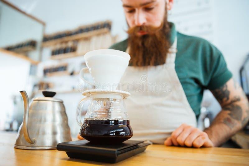 Barista die koffie voorbereiden stock foto