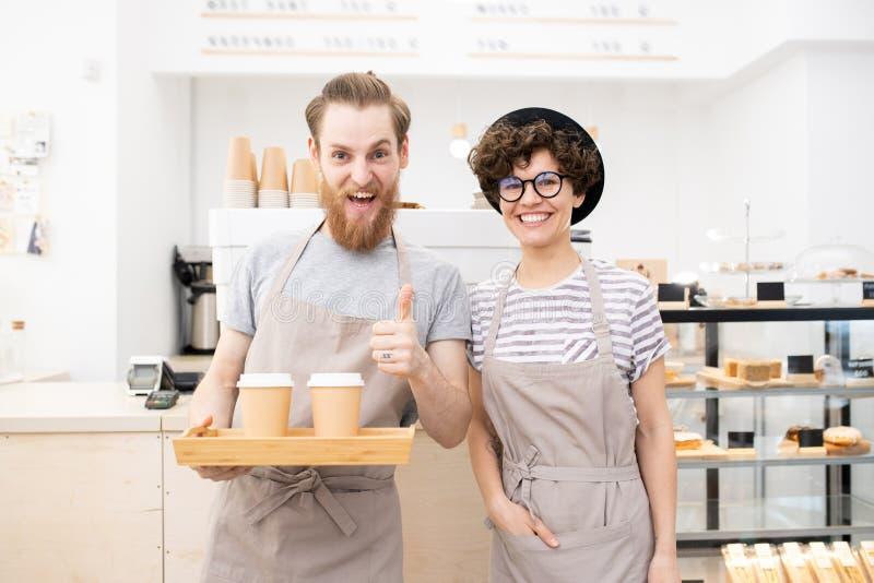 Barista die uitstekende koffie brouwen stock fotografie
