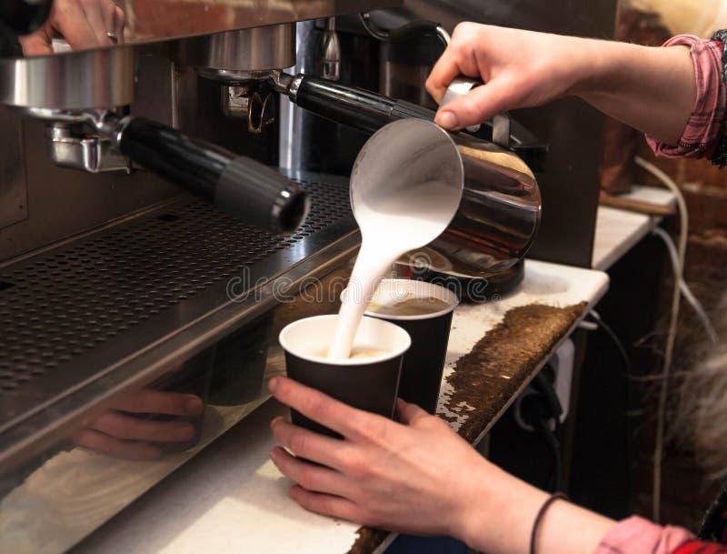 Barista die verse meeneemkoffie maken Close-upmening over handen met portafilter, het concept van de de voorbereidingsdienst van  stock afbeelding