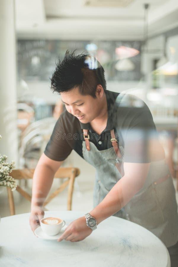 Barista dienende koffie op lijst, stock fotografie