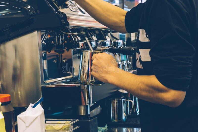 Barista do café no trabalho Fazendo o cappuccino ou o latte em uma máquina do café em um exterior fotos de stock royalty free
