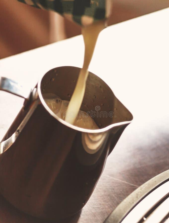 Barista dolewania mleko wewnątrz dzbanek Mężczyzna narządzania coffe i mleko zdjęcia royalty free